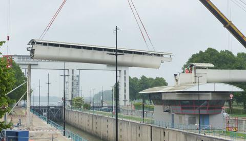 Loopbrug bij Prinses Beatrixsluis succesvol uitgehesen