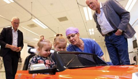 Voor de operatie eerst een ritje in de mini-auto in het St. Antonius Ziekenhuis Nieuwegein