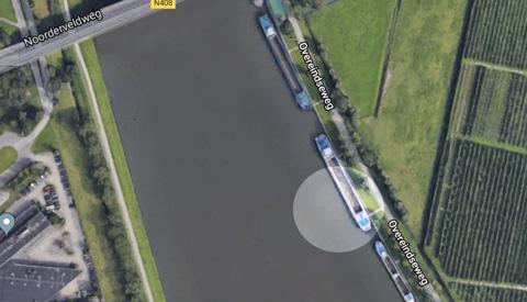 Auto in Amsterdam-Rijnkanaal, niemand gewond