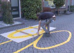 Video: Wegdek van de Weerterschans wordt beschilderd