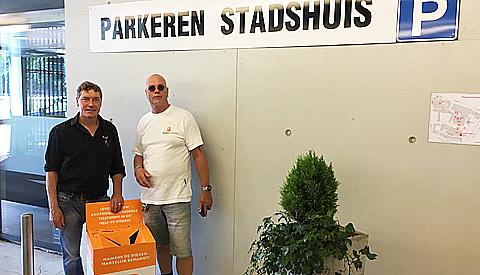 ParkeerService zamelt oude mobieltjes in voor Stichting AAP