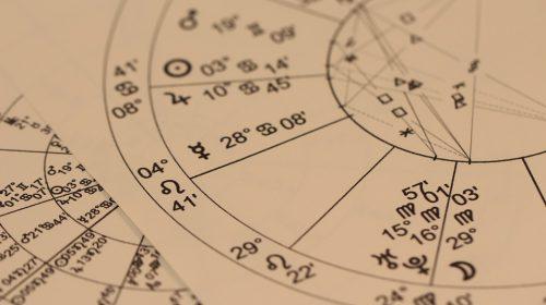 Waarom horoscopen zo populair zijn onder jonge hoogopgeleide vrouwen