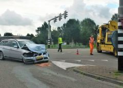 Video: Twee auto's total-loss bij botsing op de A.C. Verhoefweg