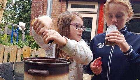 Leerlingen De Vleugel kokkerellen uit eigen schooltuin