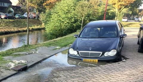 Automobilist rijdt in 'sinkhole' en 20 huishoudens zonder water