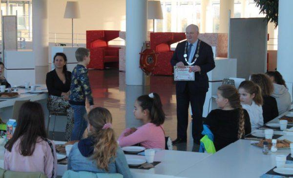 Kinderen van groep 8 ontbijten met de burgemeester