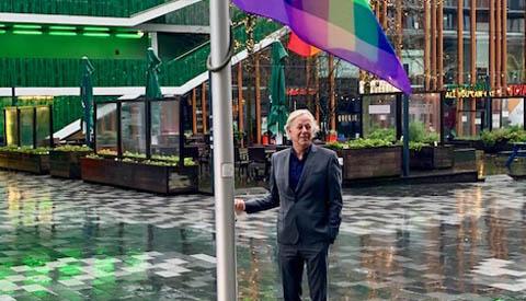 Wethouder Jan Kuiper hijst regenboogvlag op Paarse Vrijdag