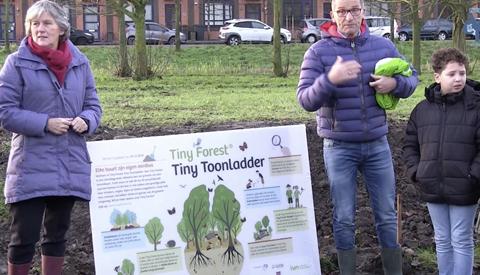 Wethouder Marieke Schouten geeft startsein aanleg Tiny Forest Toonladder
