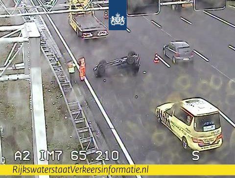 Auto op zijn kant op de A2 bij Nieuwegein