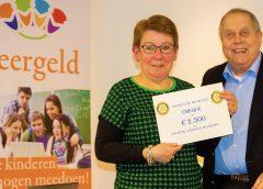 Rotarycheque voor Stichting Leergeld
