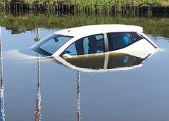 Auto rolt water in na vergeten handrem aan te trekken