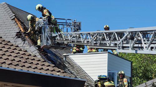 Brandje aan dak woning trekt veel bekijks