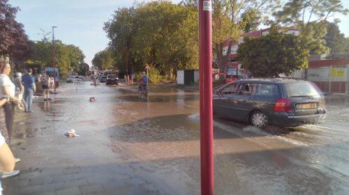 Gesprongen waterleiding aan de Diepenbrocklaan geeft waterplezier én ongemak