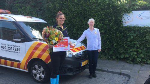 Bloemen en een cheque van 250 euro voor Nieuwegeinse dierenhulpverlener