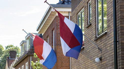 Kranslegging en toespraak door burgemeester Frans Backhuijs
