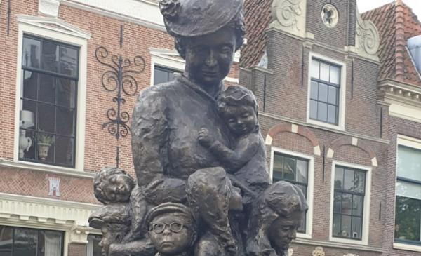 Kunstenares Lea Wijnhoven en Annet Terberg-Pompe maken beeld van Truus Wijsmuller