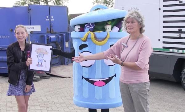 Stacy uit Nieuwegein met 'Prullie de Prullenbak' winnaar zwerfafvalmascottewedstrijd
