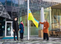 Wethouder hijst kleurrijke vlag Internationale Mensenrechtendag