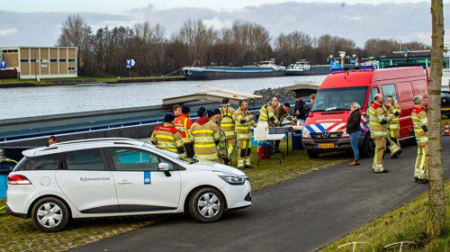 Brandweer voorkomt dat vrachtschip zinkt bij de Beatrixsluis