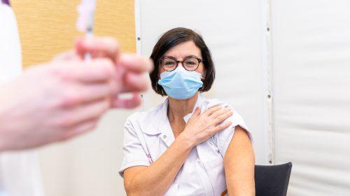Verpleegkundige Angelique Diks krijgt als eerste vaccinatie in Nieuwegein