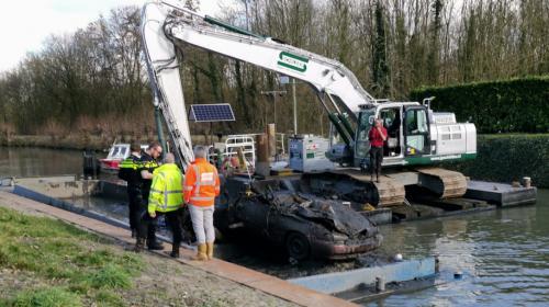 Baggeraars vissen auto uit de Hollandse IJssel