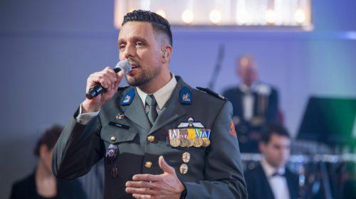 Dennis Kroon uit Nieuwegein staat in het online erecouloir tijdens tijdens de Nationale Herdenking