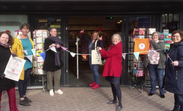 Lokale schrijvers openen boekhandel feestelijk op het Muntplein