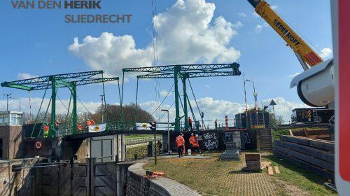 Kijk nu live mee bij hijswerkzaamheden sluisdeuren bij de Emmabrug in Vreeswijk