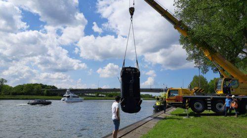 Mooi weer, auto zoekt verkoeling in het Amsterdam-Rijnkanaal