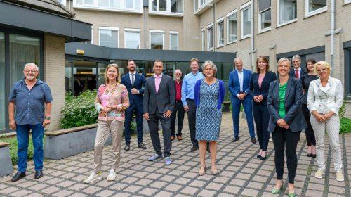 Wethouder Marieke Schouten samen met regio-wethouders in gesprek met van Nieuwenhuizen