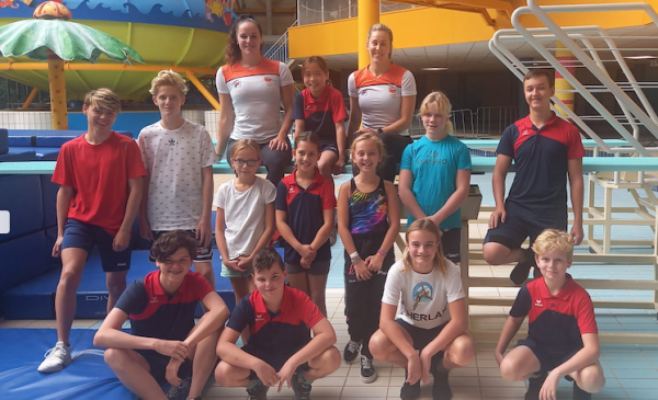 Schoonspringclinic door Olympische finalisten Inge en Celine voor Aquarijn