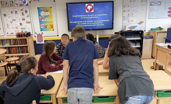 Betrokken leerlingen maken moties bij gastles over de gemeenteraad